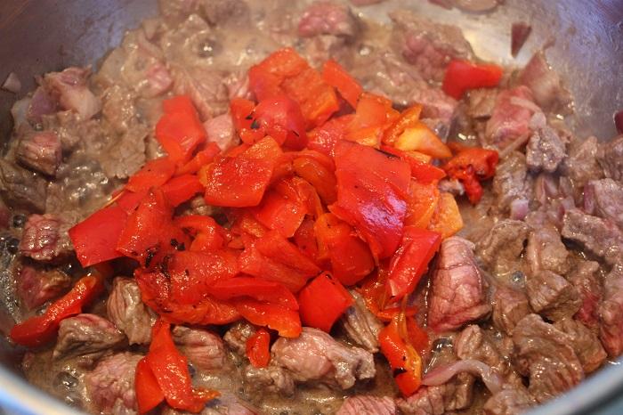 Goulasch rosolare carne e peperoni ricetta
