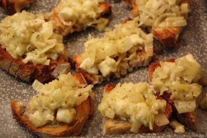 Crostini con porri e formaggio brie - ricetta