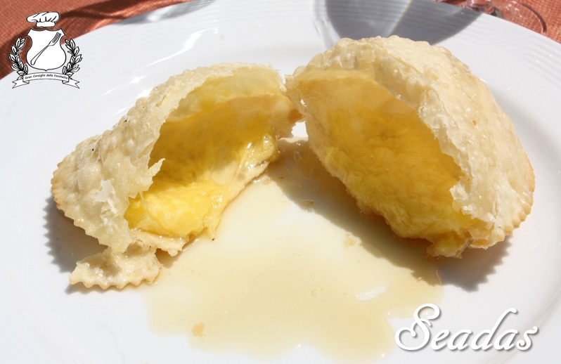 seadas con miele ripiena di formaggio
