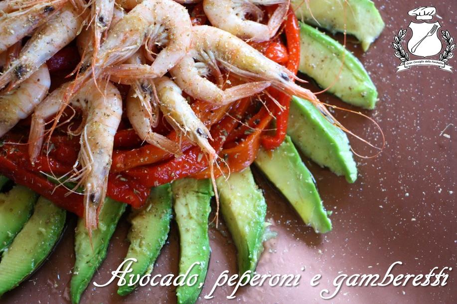 insalata di avocado, peperoni e gamberetti