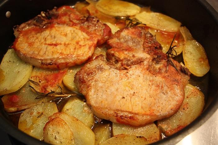 bistecca di maiale al forno con patate