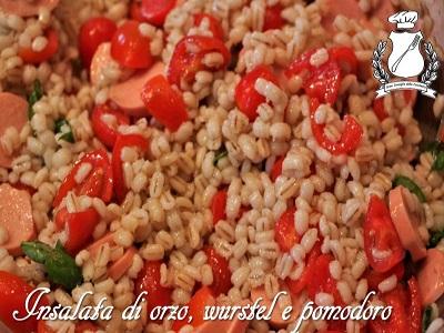 Insalata di orzo wurstel e pomodori