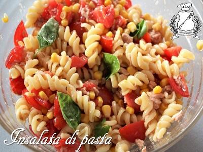 insalata di pasta con pomodoro, tonno, mais e basilico