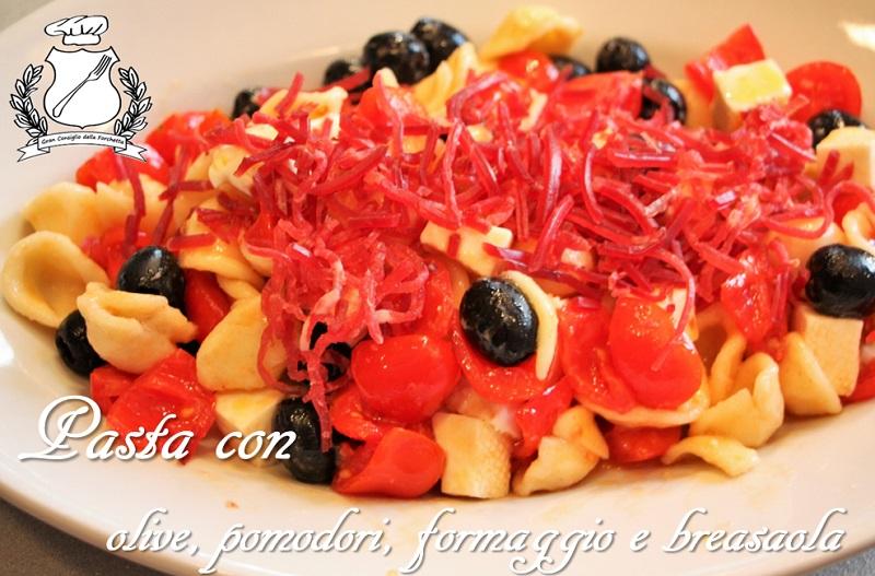 pasta con olive, pomodori, formaggio e bresaola