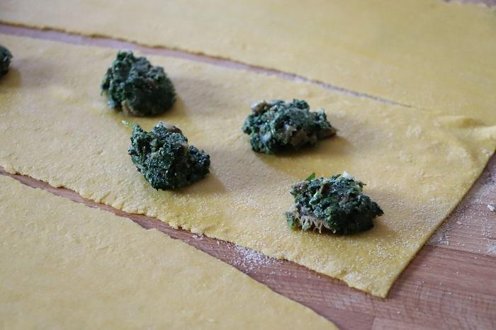 ravioli di erbe con sugo di funghi tritati