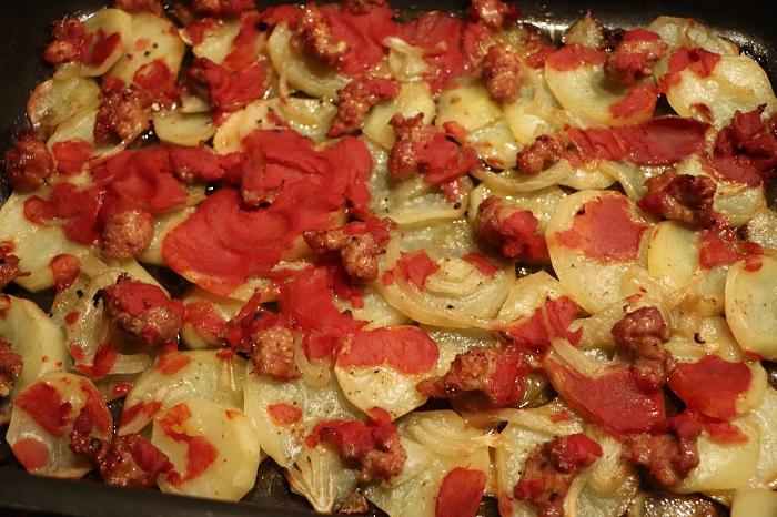 Patate rustiche al forno con pomodoro, cipolla e salsiccia 05