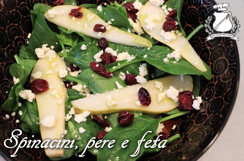 insalata di spinacini, pere, feta e mirtilli rossi