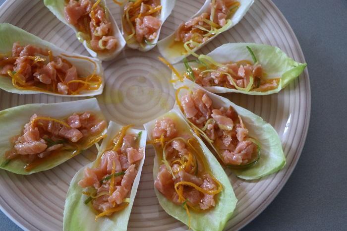 barchette di indivia con salmone agli agrumi