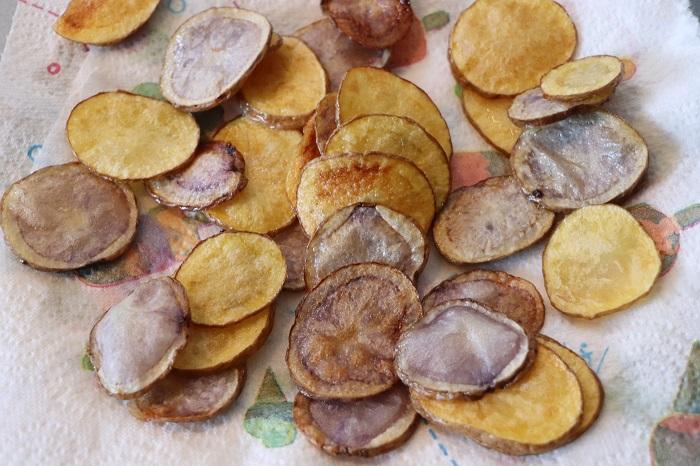 Chips di patate gialle e viola 04