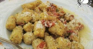 Gnocchi di polenta con burro e speck - baita fortini di napoleone molveno m