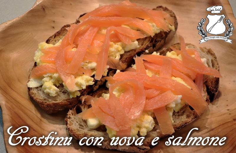 Crostini con uova strapazzate e salmone